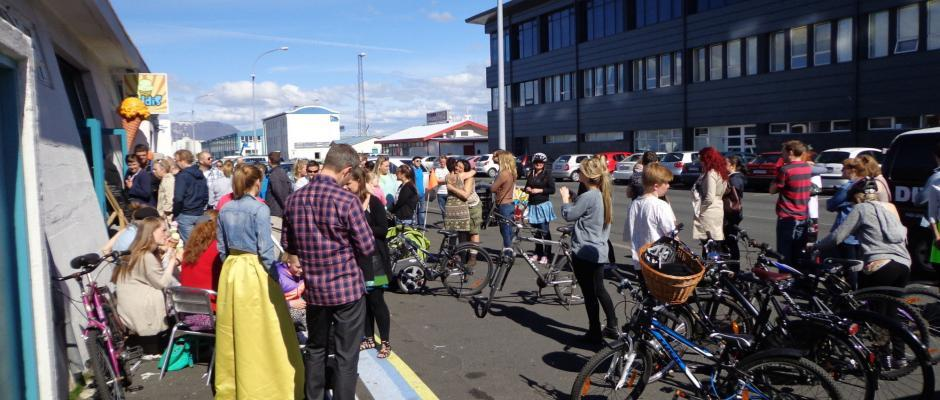 When the sun is out Icelanders flock to ice cream shops. When they are as trendy as Valdís you get this.